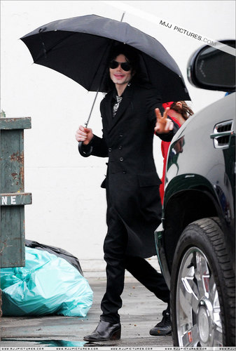michael-with-his-2-children-prince-and-paris-are-seen-outside-a-studio(416)-m-13.jpg